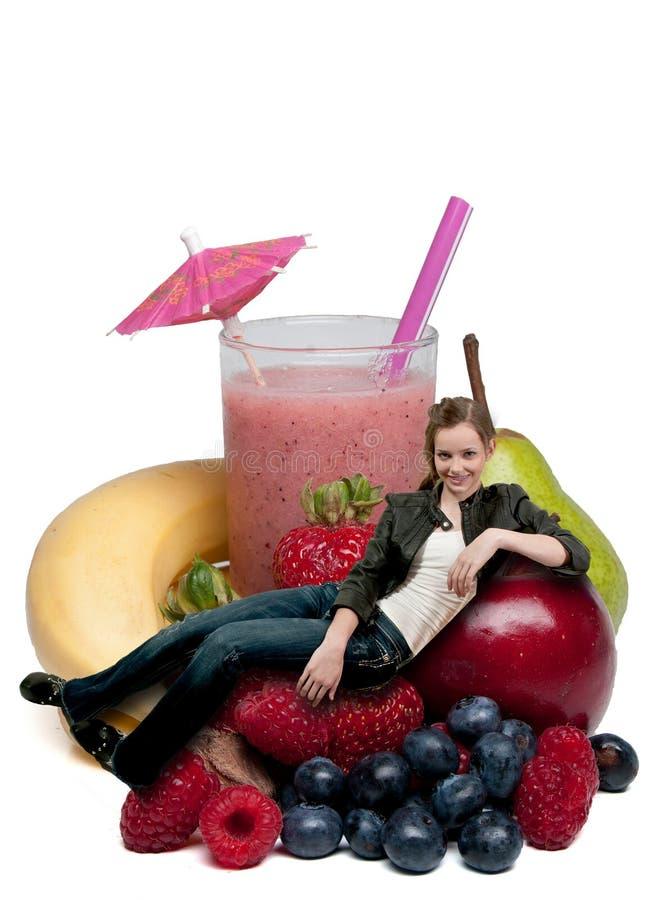 tonårs- kvinna för fruktsmoothie royaltyfria foton