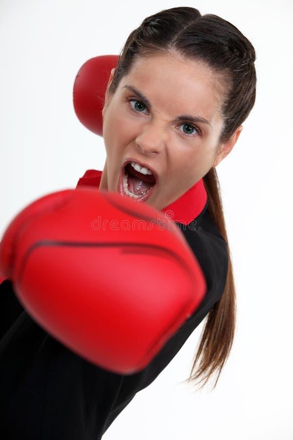 Tonårs- kvinnaboxning. royaltyfri foto