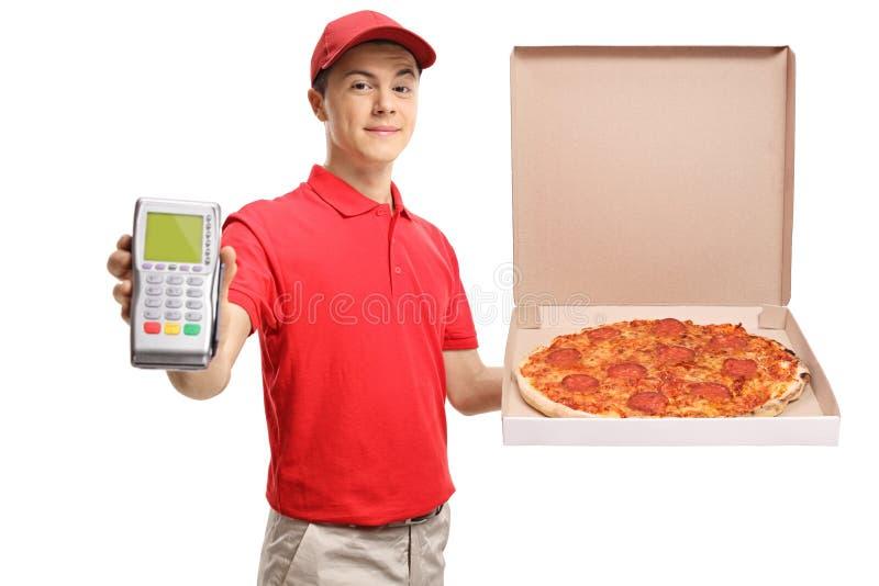 Tonårs- leveranspojke som rymmer en pizza och en betalningterminal arkivbilder