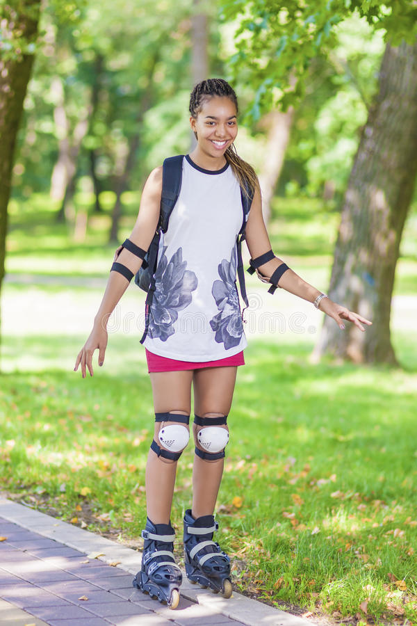 Tonårs- livsstilbegrepp och idéer Kvinnlig tonåring för Sportive afrikansk amerikan som har gyckel royaltyfria bilder