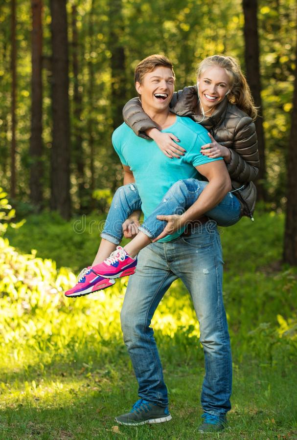 Tonårs- par som har roligt utomhus royaltyfri bild