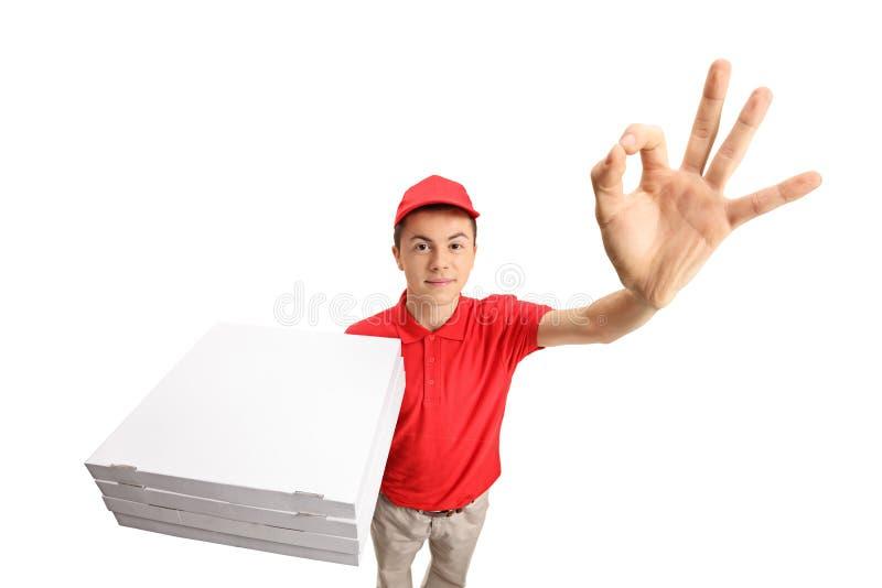 Tonårs- pizzaleveranspojke som gör en ok gest arkivfoton