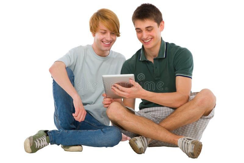 Tonårs- pojkar som använder tableten royaltyfria foton