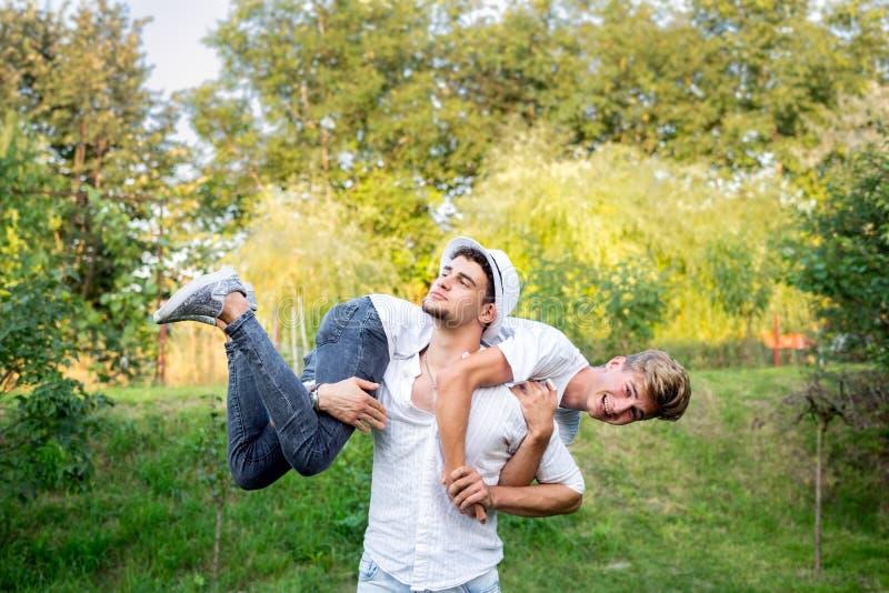 Tonårs- pojkar som gör akrobatik och gyckel royaltyfri foto