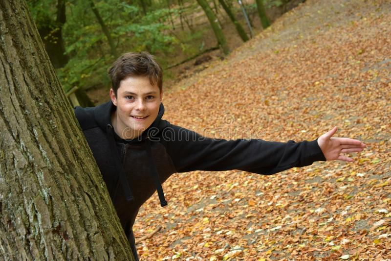 Tonårs- pojke i höstskog royaltyfri bild
