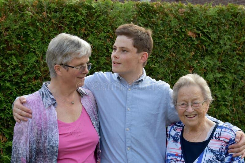 Tonårs- pojke och hans farmödrar royaltyfria foton