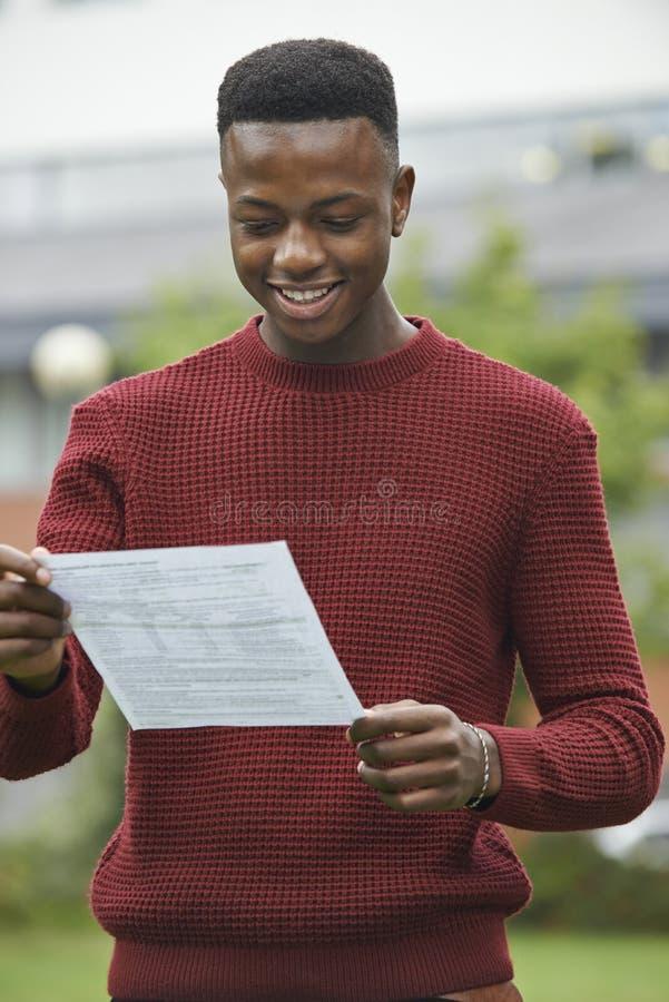 Tonårs- pojke som behas med bra examenresultat royaltyfria foton