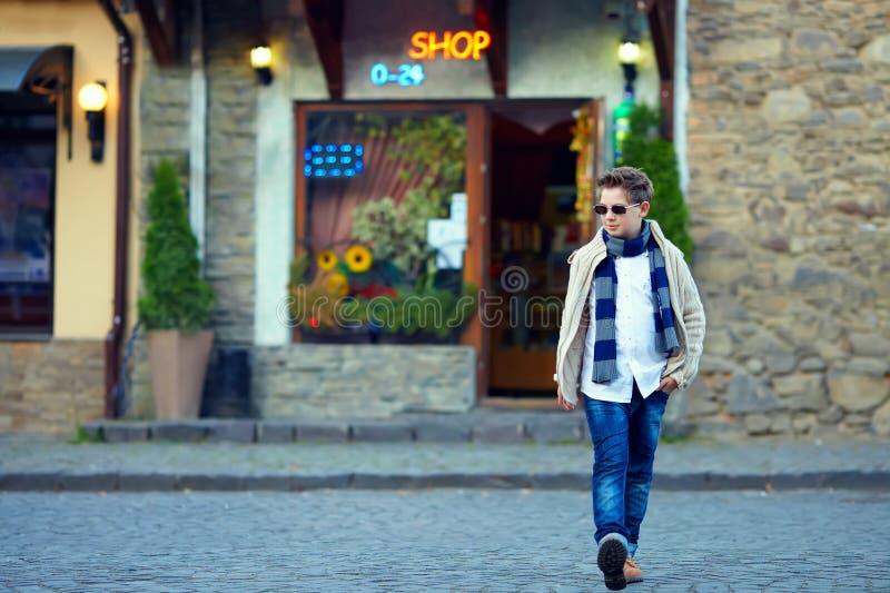 Tonårs- pojke som korsar gatan av den gammala townen arkivfoton