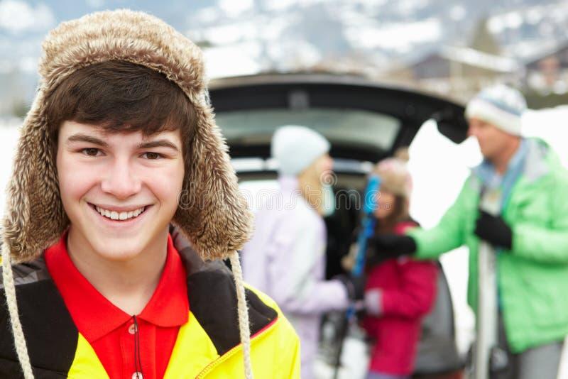 Tonårs- pojke som ler på kameran fotografering för bildbyråer