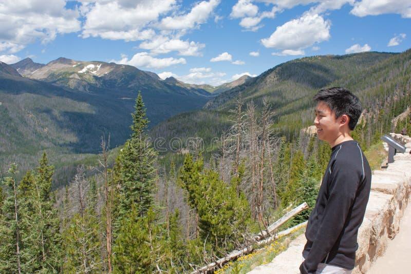 Tonårs- pojke som ser bergen fotografering för bildbyråer
