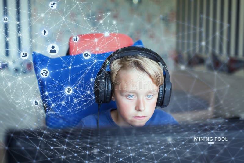 Tonårs- pojke som spelar dataspelar på PC arkivfoton