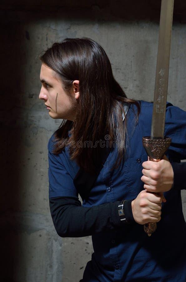 Tonårs- pojke som spelar Witcheren royaltyfri fotografi