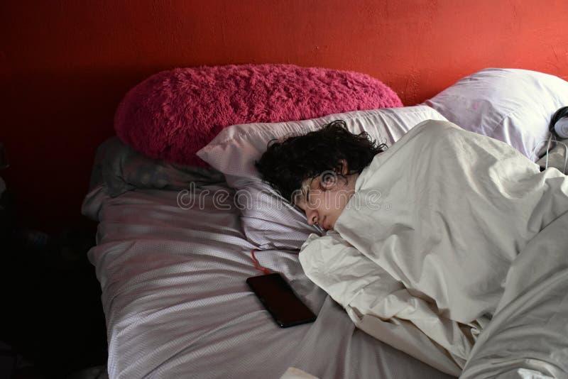 Tonårs- pojke som tar en Nap During dagen royaltyfri foto