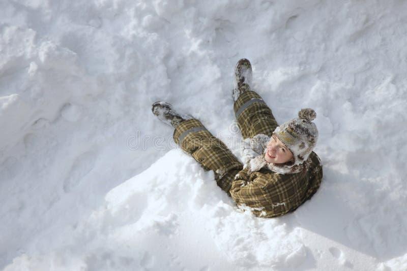 Tonårs- pojke som tycker om vinterferier arkivfoton