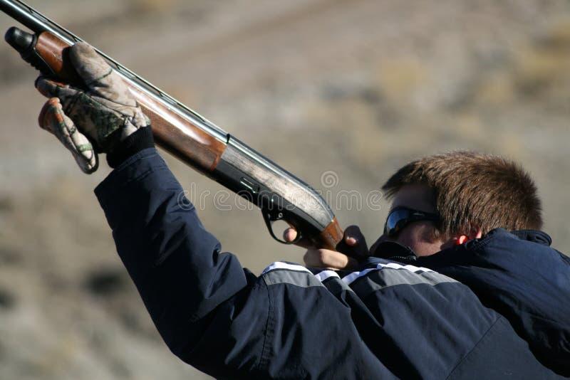 tonårs- pojkeskytte royaltyfri fotografi