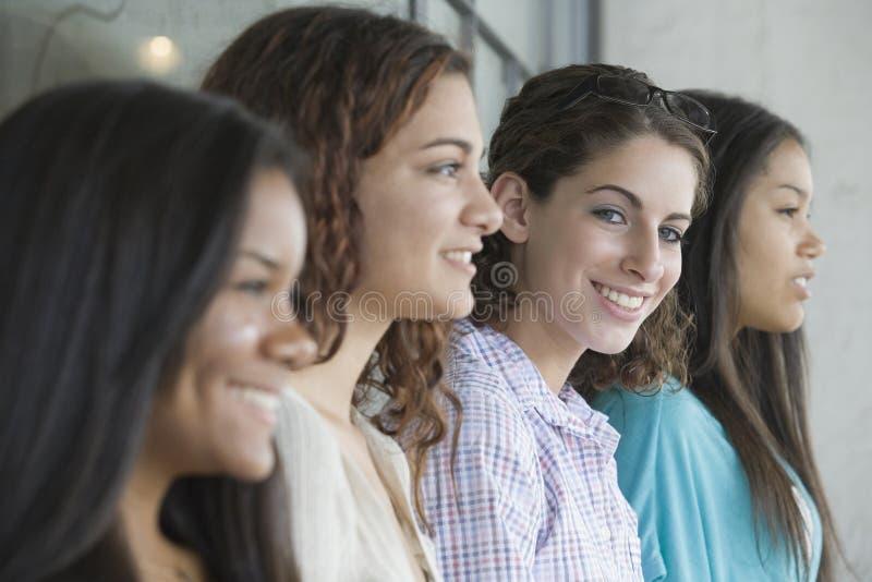 tonårs- rad för fyra flickor fotografering för bildbyråer