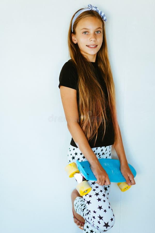Tonårs- skateboradåkare fotografering för bildbyråer