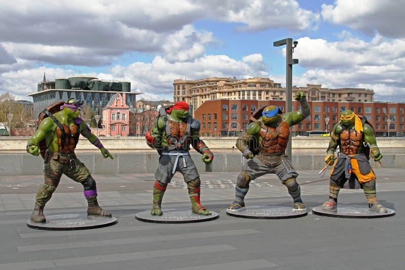Tonårs- som undergår mutation ninjasköldpaddadiagram i parkera Muzeon i Moskva fotografering för bildbyråer