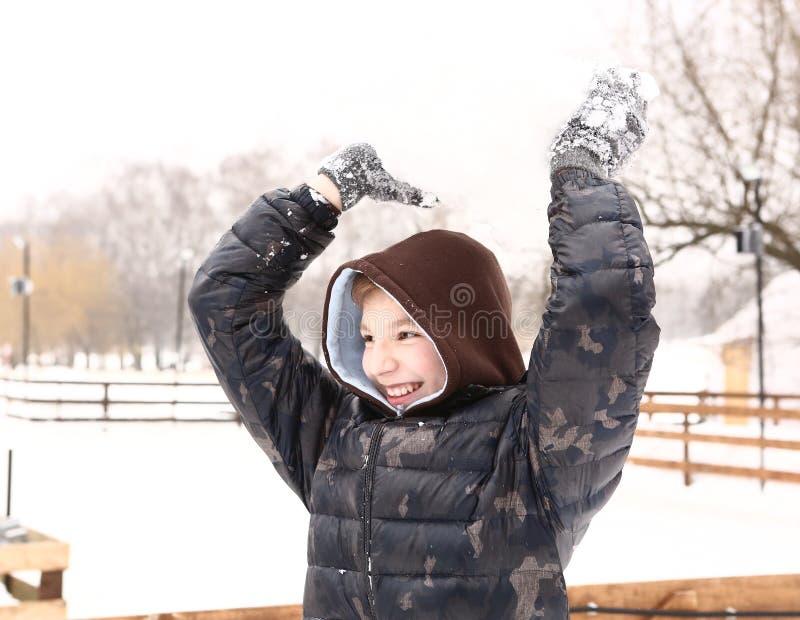 Tonårs- stilig pojke i varmt gryningomslag arkivfoto