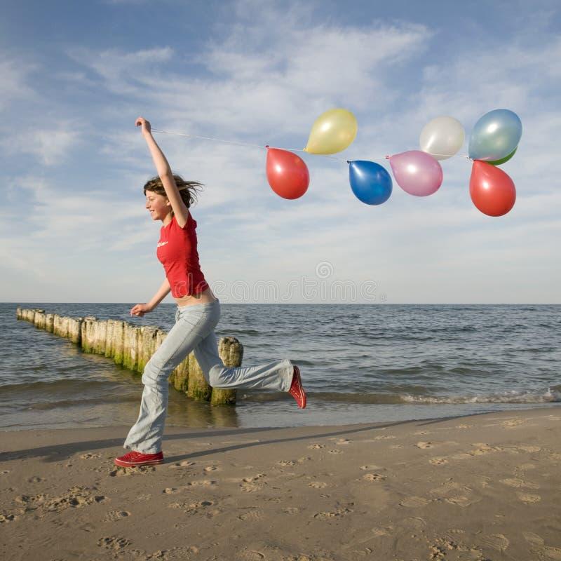 tonårs- strandbeautifullflicka arkivfoto