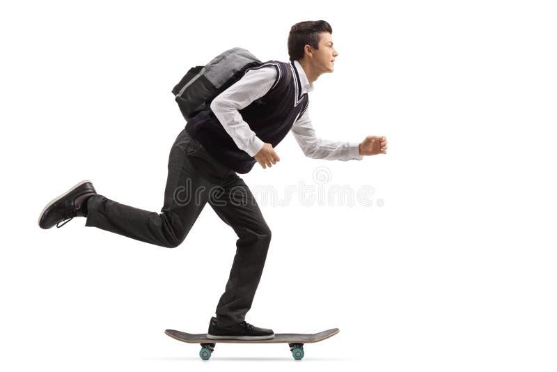 Tonårs- student som rider en skateboard royaltyfri foto