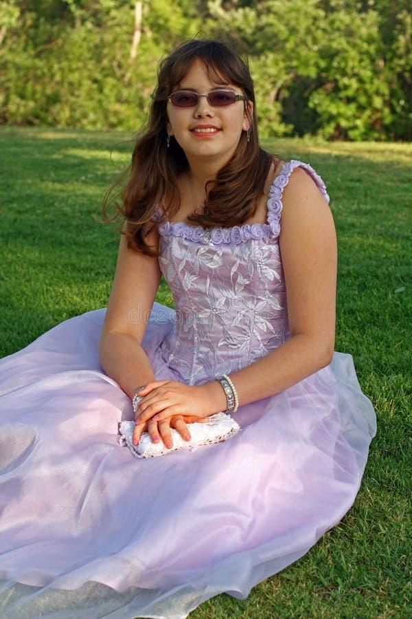 tonårs- studentbal för klänningflickadeltagare royaltyfria foton