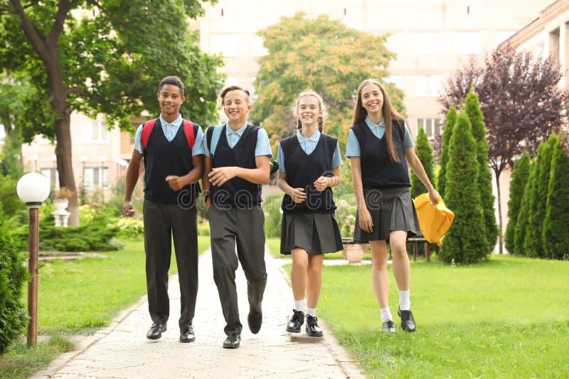Tonårs- studenter i stilfull skolalikformig royaltyfria foton