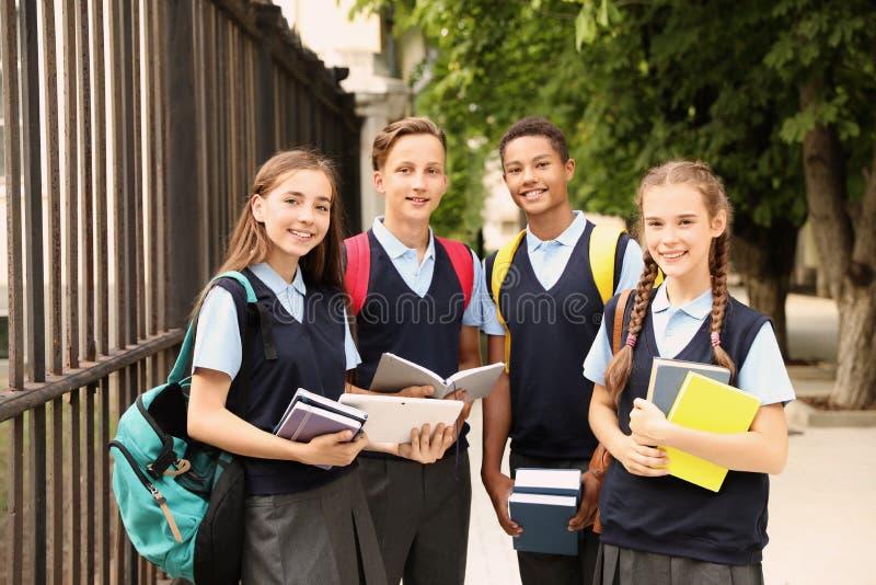 Tonårs- studenter i stilfull skolalikformig royaltyfri fotografi