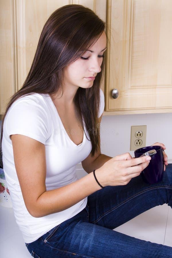 tonårs- texting för flicka arkivfoto