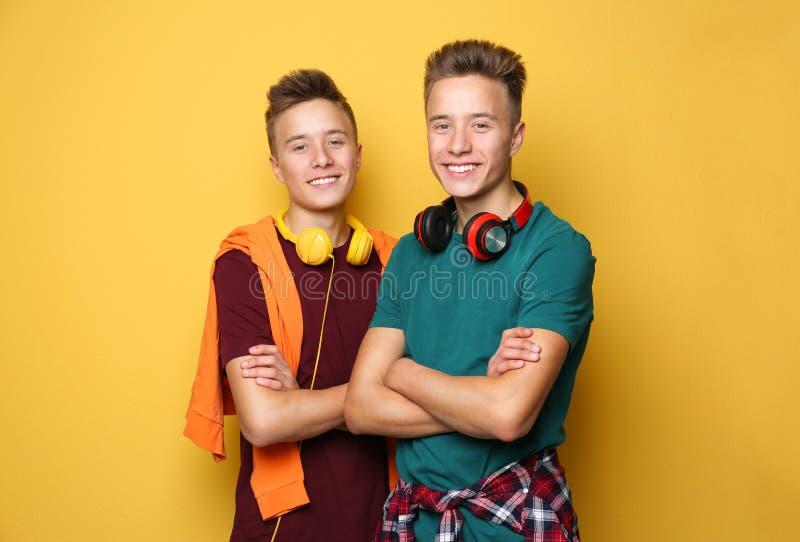 Tonårs- tvilling- bröder med hörlurar royaltyfri bild
