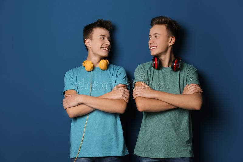 Tonårs- tvilling- bröder med hörlurar fotografering för bildbyråer