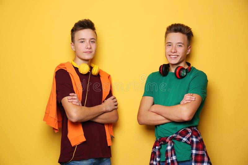 Tonårs- tvilling- bröder med hörlurar royaltyfria bilder