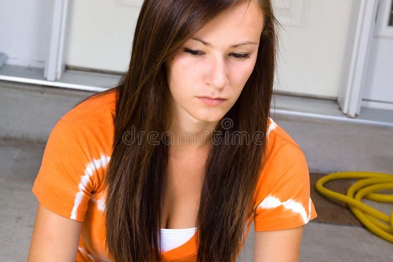 tonårs- utvändig sitting för flicka arkivbild