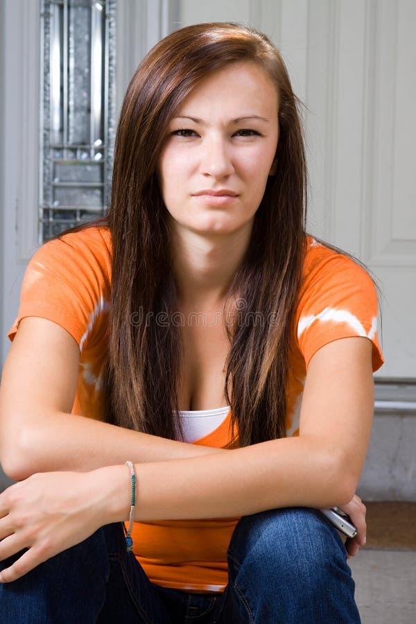 tonårs- utvändig sitting för flicka arkivfoton