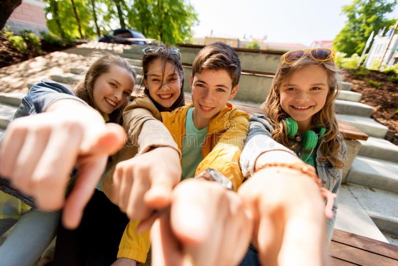 Tonårs- vänner eller studenter som pekar fingret på dig fotografering för bildbyråer