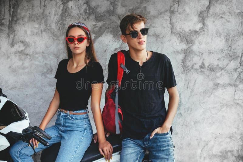 Tonårs- vänner i samma kläder royaltyfria foton