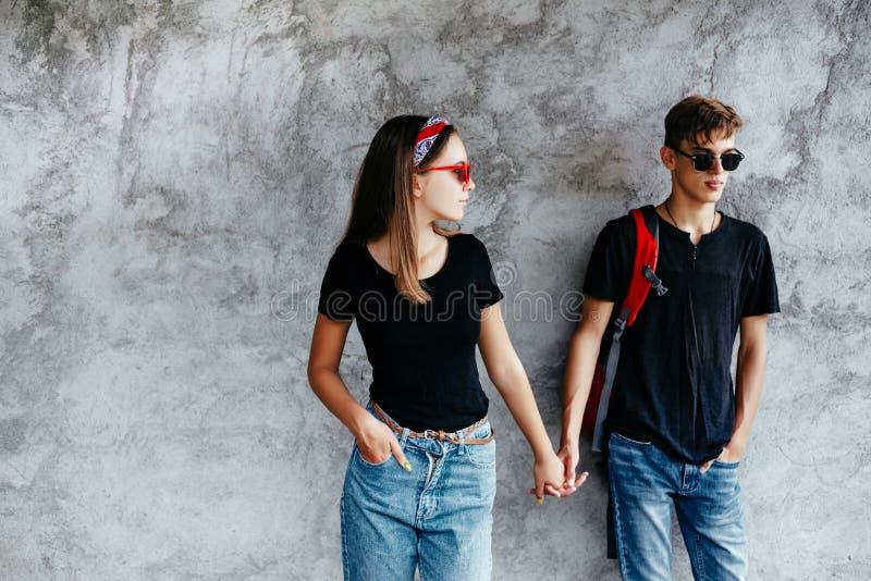 Tonårs- vänner i samma kläder arkivfoton
