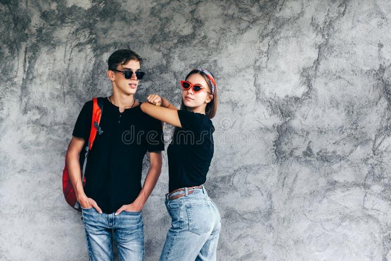 Tonårs- vänner i samma kläder royaltyfri fotografi