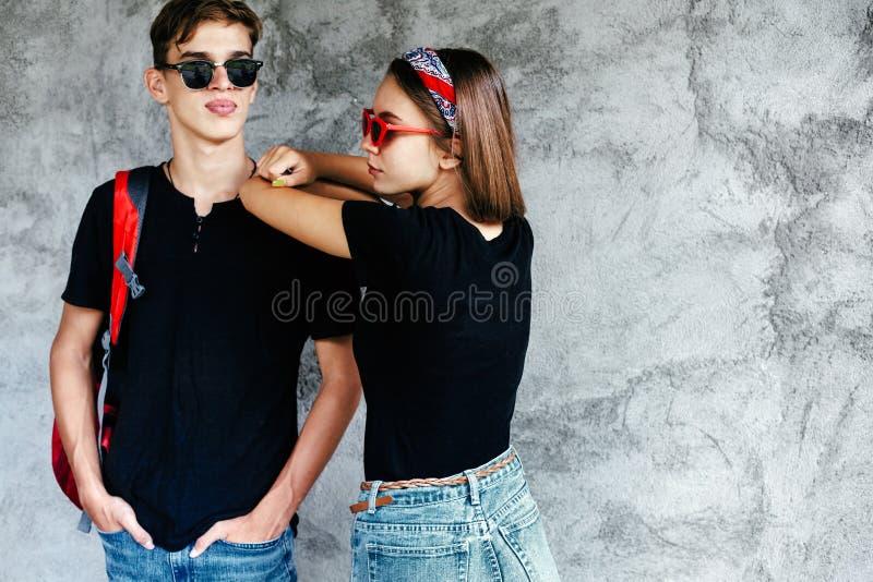 Tonårs- vänner i samma kläder royaltyfria bilder