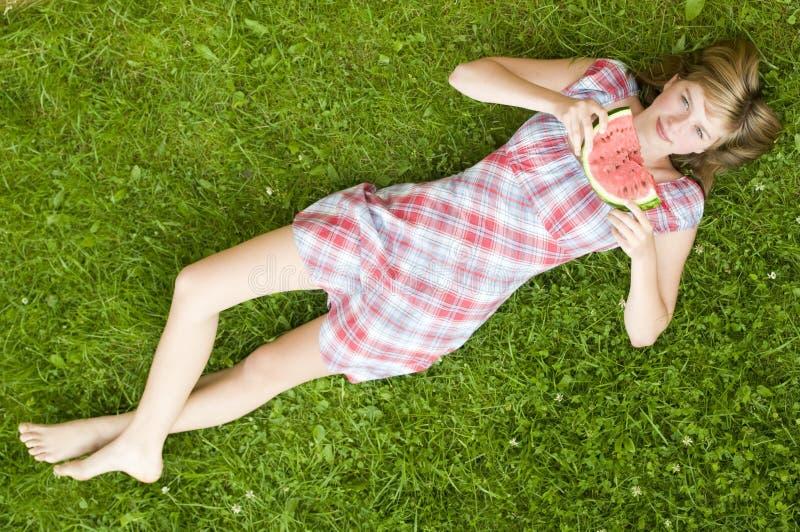tonårs- vattenmelon för flicka arkivbild