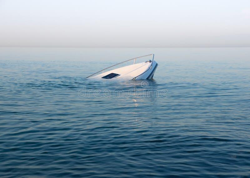 Tonąć nowożytną wielką białą łódź iść podwodnym zdjęcie stock
