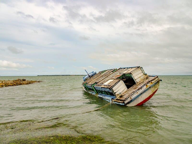 Tonący statek w porcie Jaffna fotografia stock