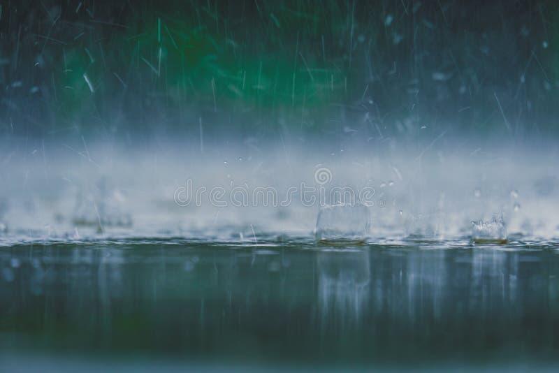Ton de couleur de cru de fin vers le haut de l'éclaboussure de baisse de l'eau de pluie tombant à photo libre de droits