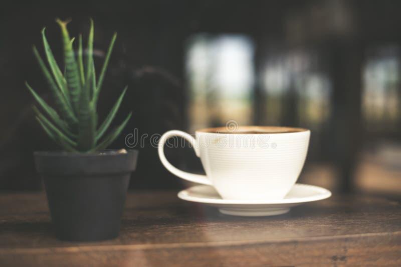 Ton de vintage d'art chaud de latte de café dans la tasse sur la table photo stock
