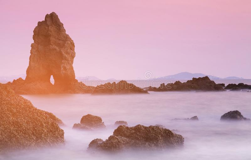 Ton naturel de coucher du soleil d'horizon de roche de plage image stock