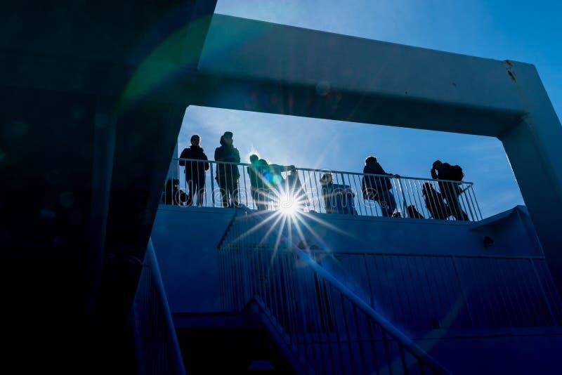 TON NEUSEELAND DER KÖNIGIN-CHARLOTTE - 2. OKTOBER 2018; Bordblick Passsengers auf das Führen des Landschaftsankommens silhouettie lizenzfreies stockfoto