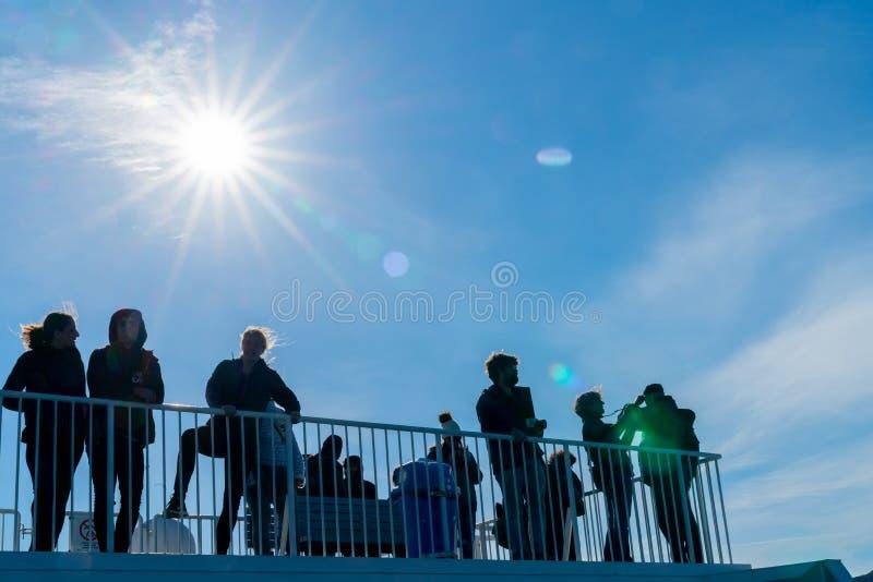 TON NEUSEELAND DER KÖNIGIN-CHARLOTTE - 2. OKTOBER 2018; Bordblick Passsengers auf das Führen des Landschaftsankommens silhouettie stockfotografie