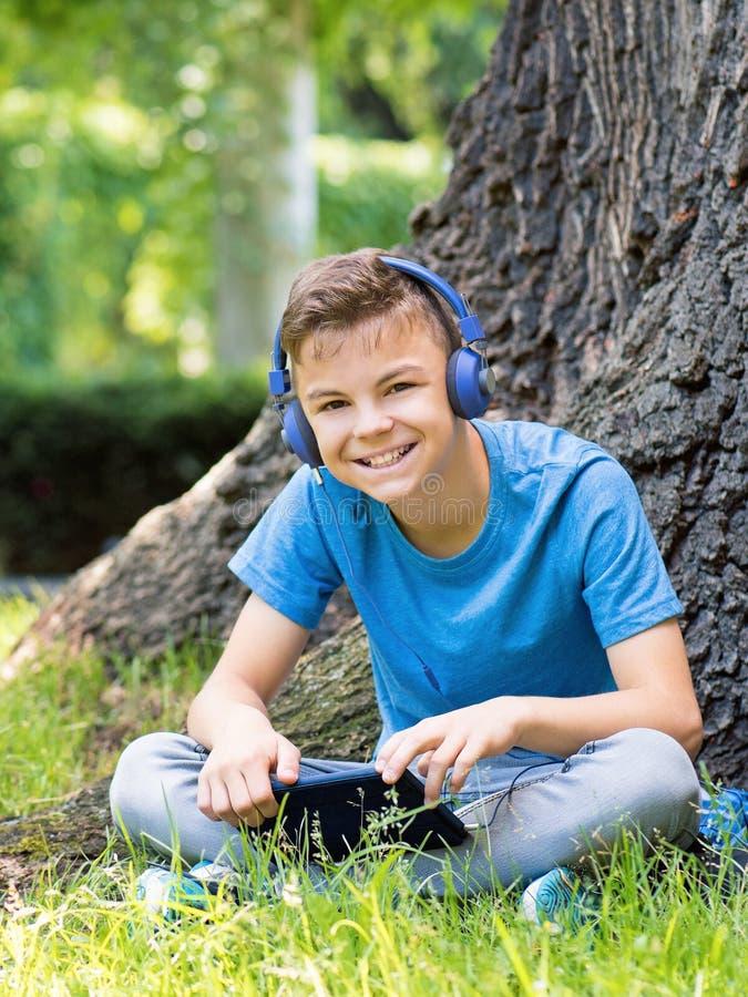 Ton?rig pojke med minnestavlan fotografering för bildbyråer
