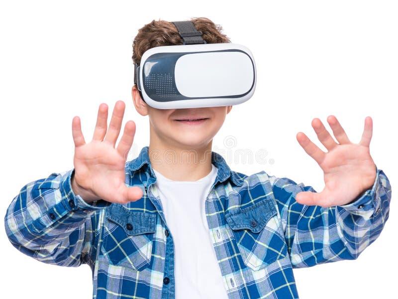 Ton?rig pojke med VR fotografering för bildbyråer