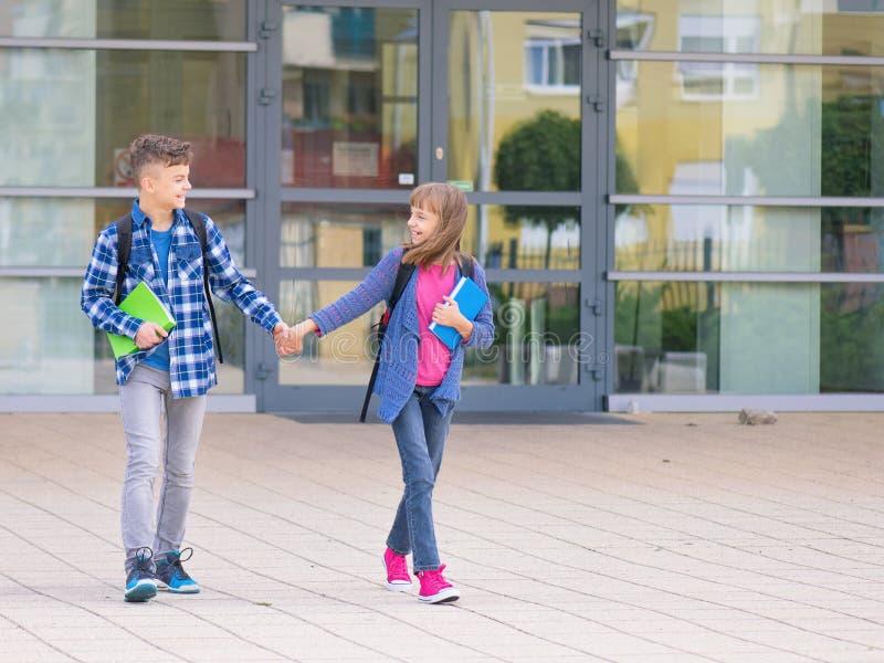 Ton?rig pojke och flicka tillbaka till skolan royaltyfria foton